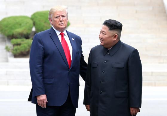 도널드 트럼프 미국 대통령이 지난달 30일 판문점 공동경비구역(JSA) 군사분계선에서 김정은 북한 국무위원장과 만나고 있다. [청와대사진기자단]