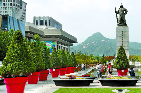 1일 서울 광화문광장에 우리공화당의 천막 재설치를 막기 위해 서울시가 배치한 대형 화분들이 놓여 있다. 총 80개가 놓였으며 개당 평균가격은 110만원 선인 것으로 알려졌다. [우상조 기자]