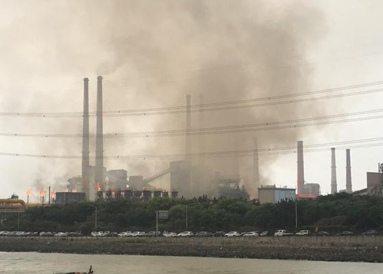 1일 오전 9시22분께 전남 광양시 태인동 포스코 광양제철소에서 정전이 발생해 굴뚝에 설치된 안전장치에서 불꽃과 검은 연기가 치솟고 있다. [연합뉴스]