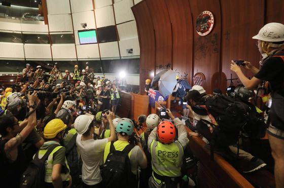 홍콩 반환 22주년, 시위대 입법회 의사당 점거