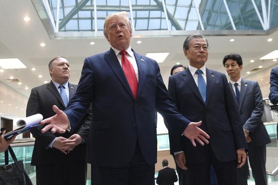 도널드 트럼프 미국 대통령이 지난달 30일 판문점 자유의집에서 김정은 위원장과 회담 직후 문재인 대통령과 함께 기자회견을 하고 있다.[AP=연합뉴스]