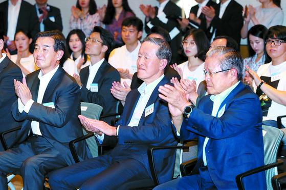 허창수 전경련 회장(앞줄 왼쪽)이 1일 서울 여의도 전경련 콘퍼런스센터에서 열린 '케이무브 일본 취업연수 발대식'에 참석해 있다. [뉴스1]