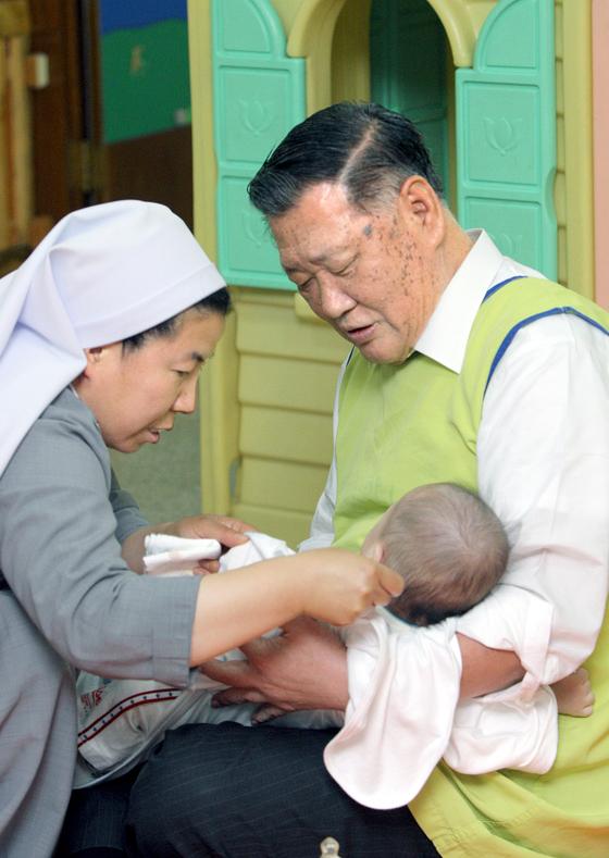 2008년 충북 음성 꽃동네 천사의 집에서 아이를 돌보고 있는 정몽구 현대기아차 회장. [사진공동취재단]