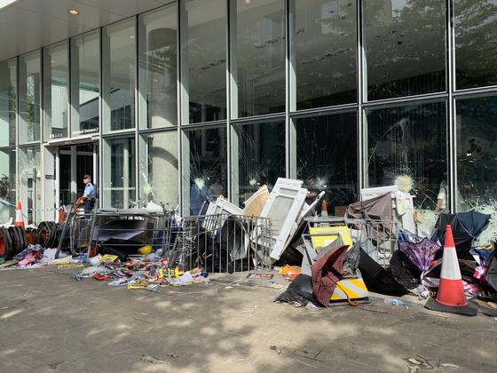 홍콩 입법회 주변은 지난 1일 밤 격렬했던 시위의 흔적들이 남아 있다. 신경진 특파원