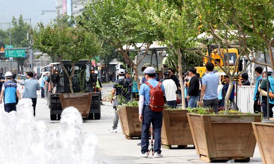 지난달 30일 오후 서울 광화문 광장에 개당 100만원 가량의 대형 화분이 3m 간격으로 설치되고 있다. 이날 작업에는 서울시 500명, 경찰 1200명, 소방차 2대, 구급대 2대 등이 동원됐다. [뉴스1]