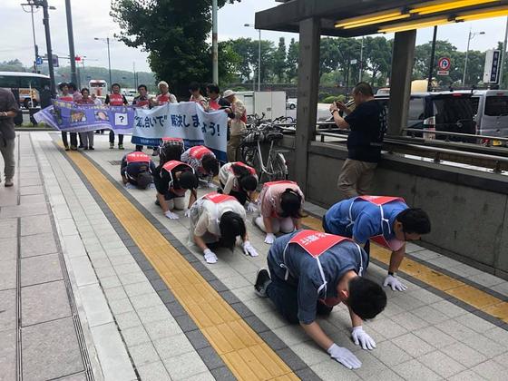 지난달 28일 도쿄 미쓰비시중공업 앞에서 강제징용 문제 해결을 호소하는 삼보일배에 나선 피해자측. [사진 대리인단 페이스북]