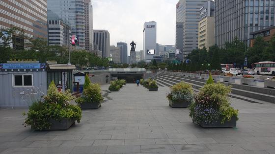 2일 오전 서울시는 우리공화당의 천막 재설치에 대비해 화분 20개를 추가 설치했다. 김태호 기자