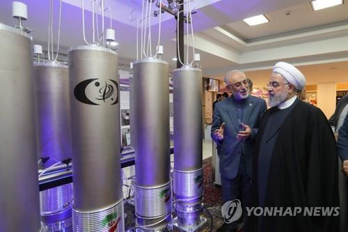 우라늄 농축용 원심분리기를 관람하는 하산 로하니 이란 대통령 [EPA=연합뉴스]