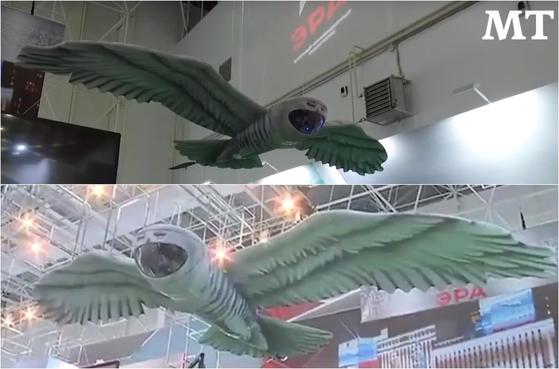 러시아 국방부가 매년 모스크바에서 열리는 군사 엑스포에서 새로 개발한 부엉이 드론을 선보였다. 얼굴과 날개, 꼬리가 올빼미 형상인 이 드론은 부리 쪽에 장착된 카메라로 적진을 촬영할 수 있고, 레이저 빔 장치로 표적을 탐지할 수도 있다. [사진 모스크바타임스 유튜브]
