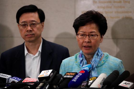 캐리 람 홍콩 행정장관(오른쪽)이 2일 새벽 기자회견에서 기자들의 질문에 답하고 있다. [로이터=연합뉴스]