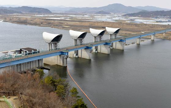 충남 부여에 위치한 4대강 금강 백제보 모습. 김성태 기자