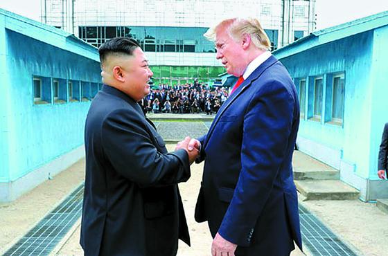 북한 노동신문은 김정은 국무위원장이 지난달 30일 판문점에서 도널드 트럼프 미국 대통령과 회동했다고 1일 보도했다. [노동신문=중앙포토]