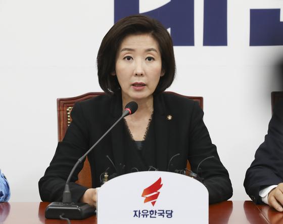 나경원 자유한국당 원내대표(오른쪽)가 지난 1일 오전 국회에서 열린 최고위원회의에서 모두발언을 하고 있다. [중앙포토]