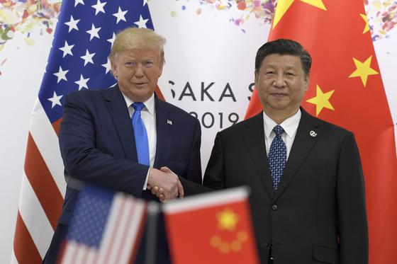 도널드 트럼프 미국 대통령과 시진핑 중국 국가주석이 29일 일본 오사카에서 열린 주요20개국 정상회의에서 악수하고 있다. [AP=뉴시스]