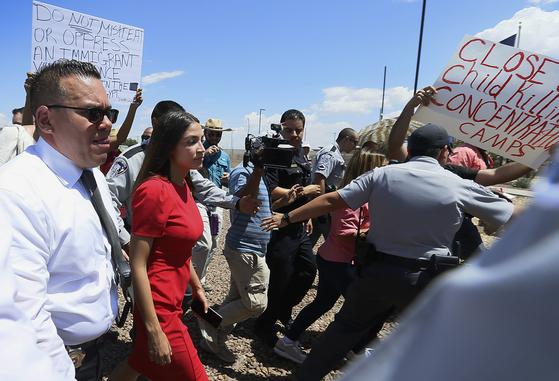 1일 미국의 이민자 구금시설을 방문하는 민주당 하원의원 알렉산드리아 오카시오-코르테즈. [AP=연합뉴스]