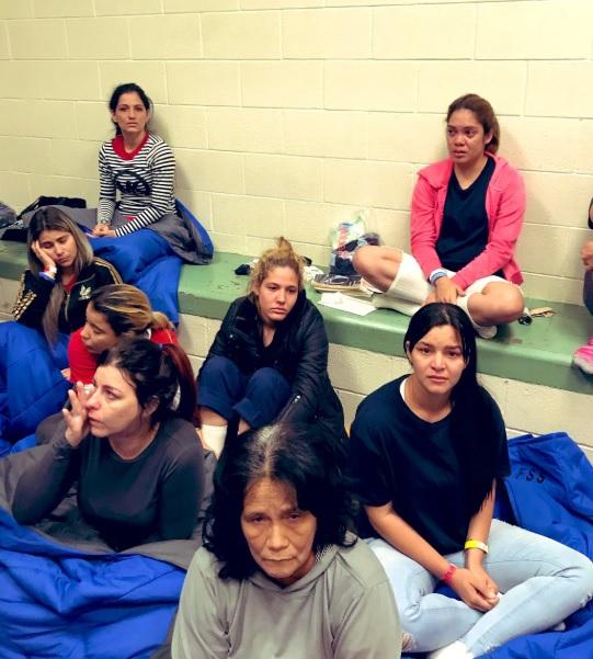 미국 텍사스에 위치한 이민자 구금시설에 있는 이민자들의 모습. [호아킨 카스트로 하원의원 트위터]