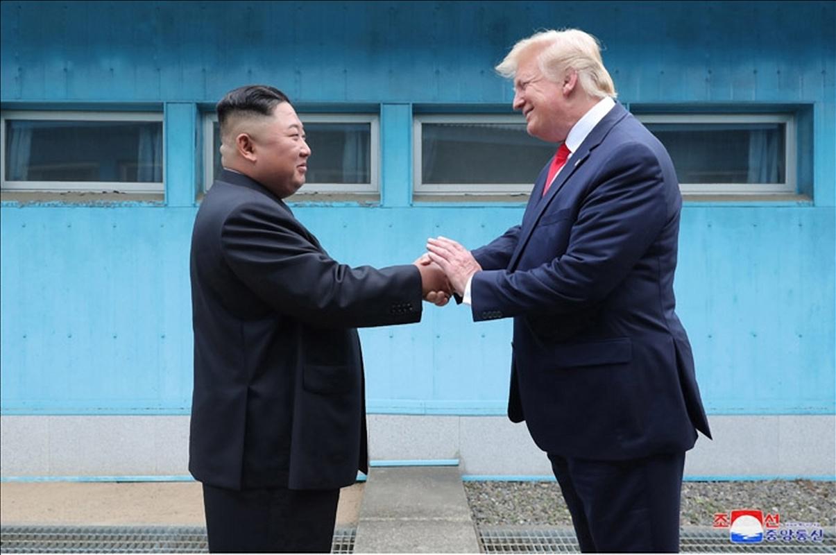 김정은 북한 국무위원장과 도널드 트럼프 미국 대통령이 6월 30일 판문점에서 만났다고 조선중앙통신이 1일 보도했다. 사진은 중앙통신이 홈페이지에 공개한 것으로, 군사분계선(MDL)을 사이에 두고 북미 정상이 손을 맞잡은 모습. [조선중앙통신=연합뉴스]