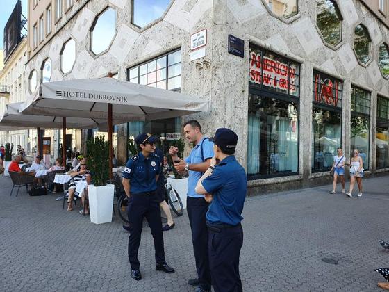 경찰청은 한국 관광객이 증가하는 크로아티아에 한국경찰관 6명을 파견해 지난 1일(현지시각)부터 한국 관광객 보호 활동에 나섰다고 밝혔다. [경찰청 제공=연합뉴스]