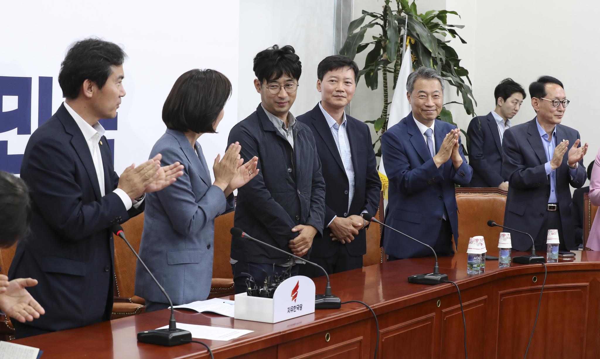 자유한국당 '북한 선박 삼척항 입항 사건 최초 신고자 및 촬영자 초청 간담회'가 2일 오후 국회에서 열렸다. 나경원 원내대표(왼쪽 둘째)와 의원들이 북한 목선 최초 신고자인 김경현(오른쪽 네번째)씨와 촬영자인 전동진(왼쪽 세번째)씨에게 박수를 치고 있다.  임현동 기자