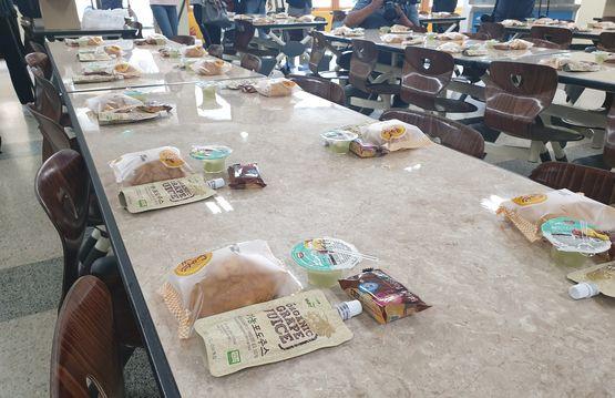 학교 비정규직 노동자들이 총파업에 들어간 3일 서울시 중구의 한 초등학교 급식실에 대체 급식으로 준비된 빵과 음료가 놓여져 있다. 이병준 기자