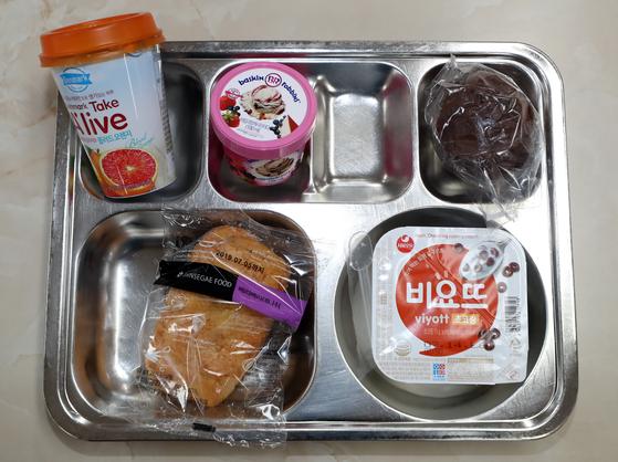 학교 비정규직 노동자들의 총파업이 시작된 3일 오후 인천시 서구 한 고등학교 급식실에 대체급식 표본이 전시돼 있다. [연합뉴스]