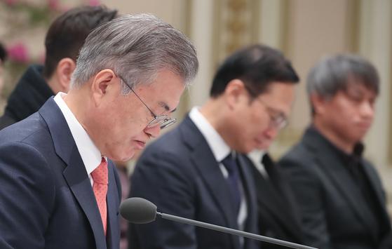 지난 2월 청와대 회의에서 고민스러운 표정을 짓는 문재인 대통령. [사진 연합뉴스]