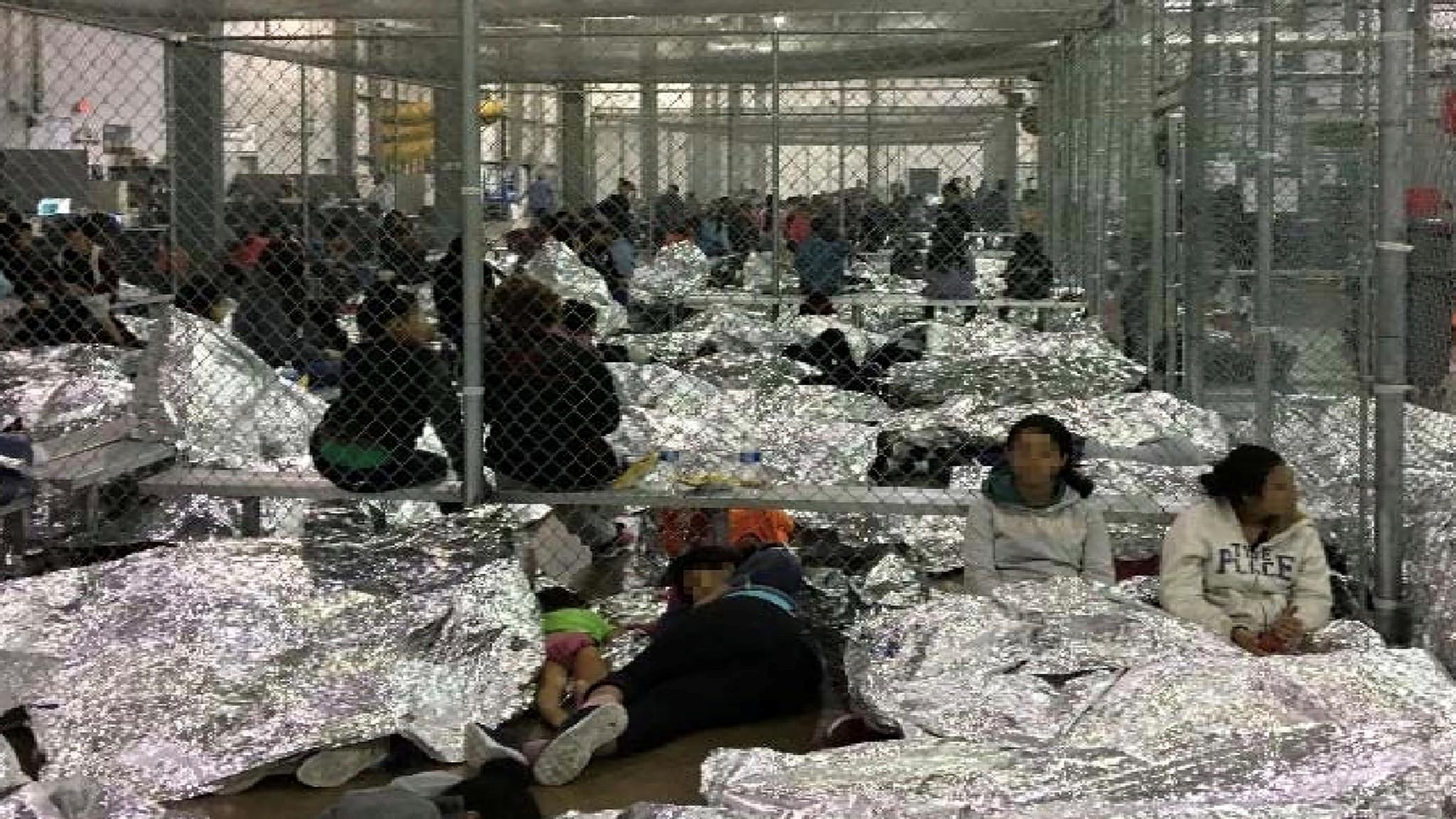 지난 6월 11일 맥칼렌의 구금시설이 이민자들로 가득하다. 한 아이와 어머니 이민자가 담요도 없이 맨 바닥에서 수면을 취하고 있다. [로이터=연합뉴스]
