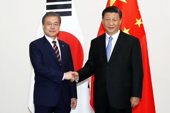 G20(주요 20개국) 정상회의 참석차 일본을 방문한 문재인 대통령이 지난달 27일 오후 오사카 웨스틴호텔에서 시진핑 중국 국가주석과 회담하기에 앞서 악수하고 있다. [사진 연합뉴스]