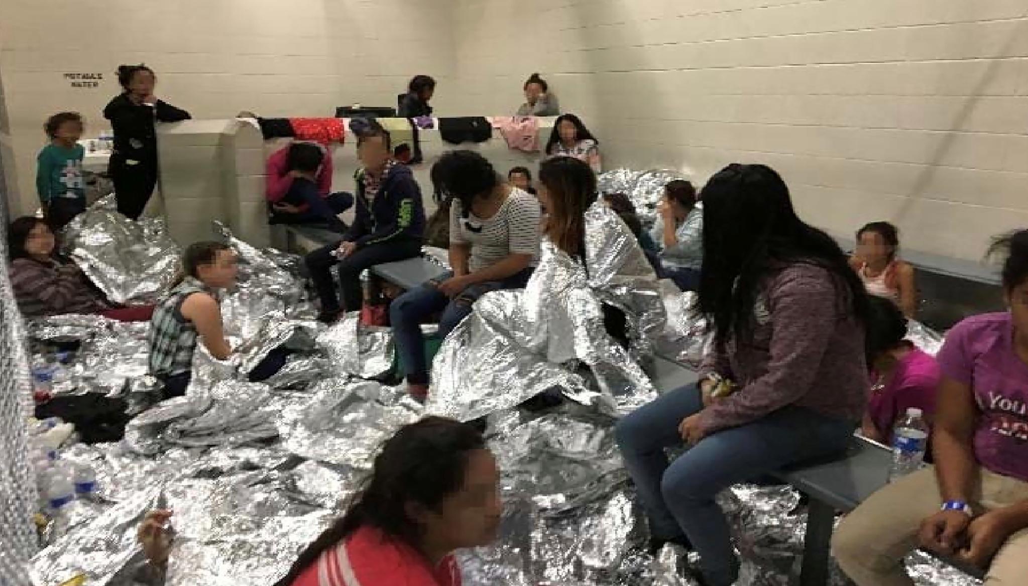지난 6월 11일 맥칼렌의 구금시설에서 시민들이 은박담요를 덥고 휴식을 취하고 있다. 대부분의 이민자들이 무기력하고 지쳐보인다. [로이터=연합뉴스]
