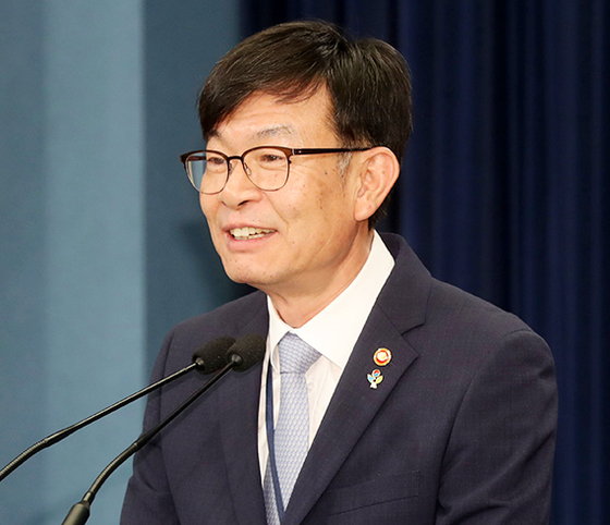 김상조 신임 청와대 정책실장이 지난달 21일 청와대 춘추관에서 취임 인사를 하고 있다. [청와대사진기자단]