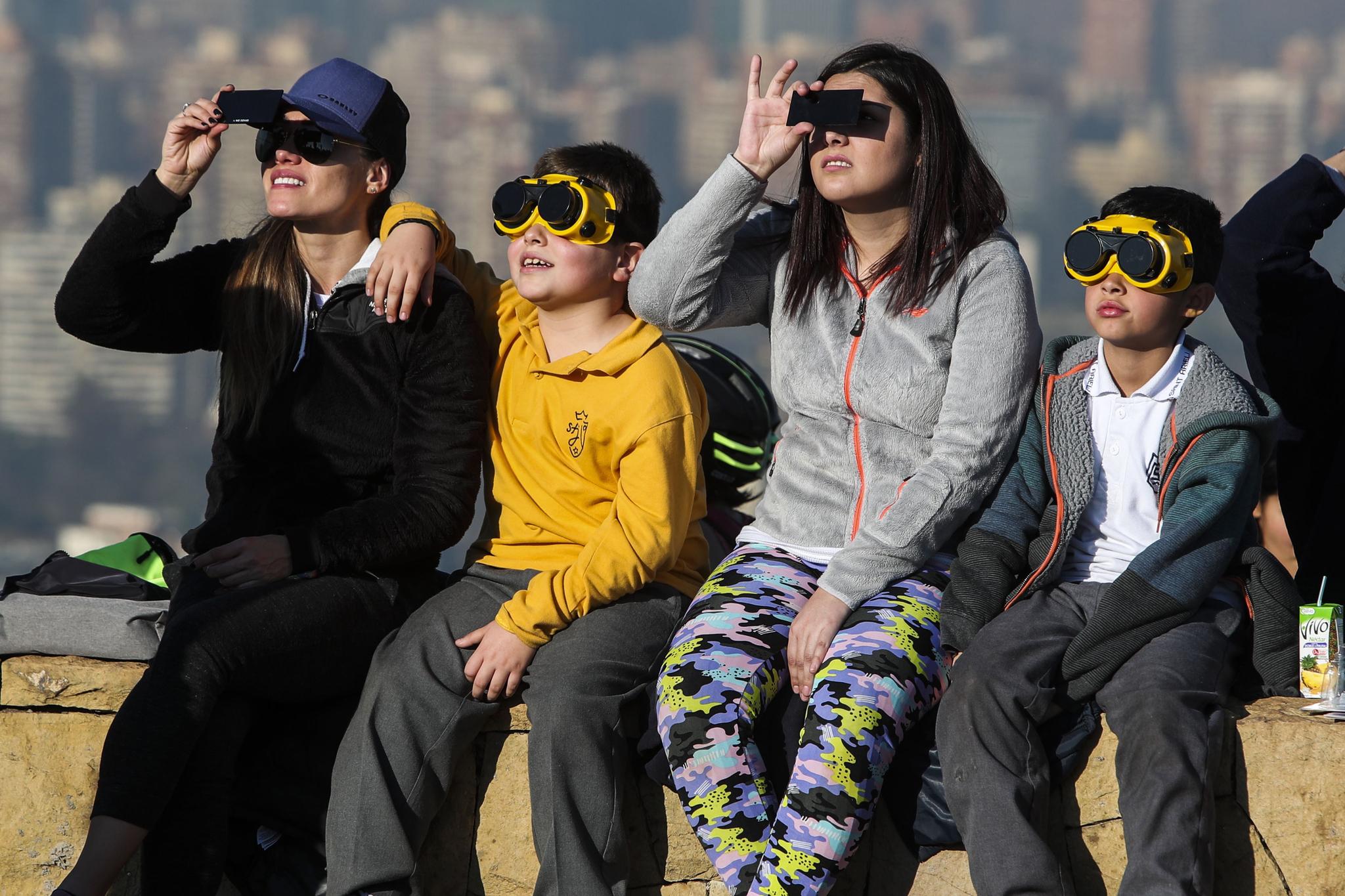 2일(현지시간) 칠레 산티아고에 있는 산크리스토발 산에서 관광객들이 개기일식을 지켜보고있다.[EPA=연합뉴스]
