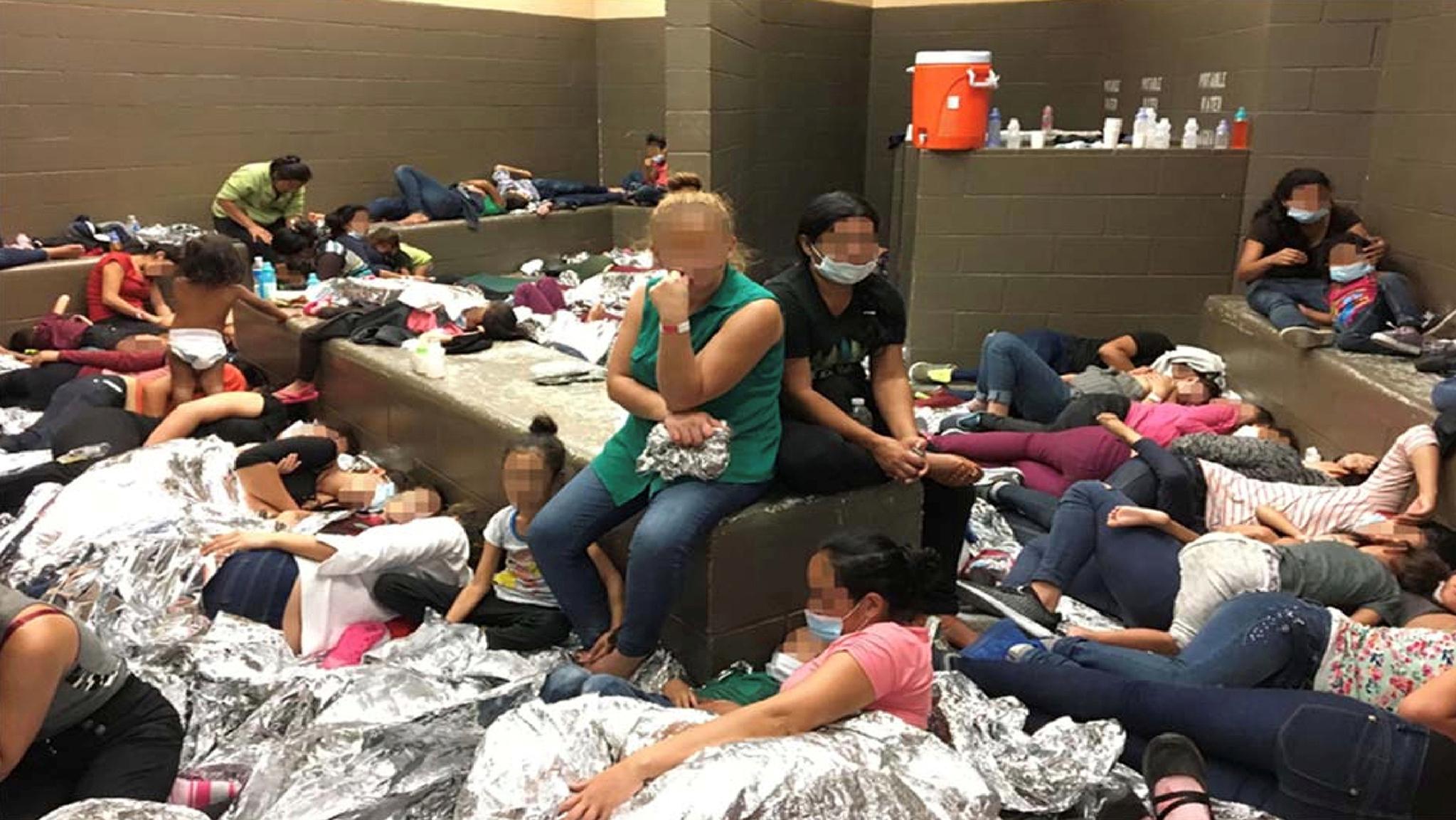 미국 국토안보부 감사관실의 보고서에서 공개된 지난 6월 11일 미국 텍사스 주 웨슬레코의 구금시설 내부가 이민자들로 빼곡하다. 아이 어른 할 것없이 뒤섞인 이민자들이 협소한 공간안에서 휴식을 취하고 있다. [로이터=연합뉴스]