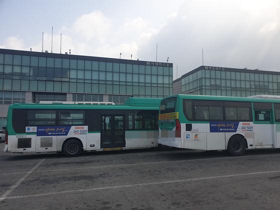 2일 오전 경기도 한 버스업체의 공영 차고지. 버스 출입문 옆과 뒤쪽 창문에는 '버스 기사 모집 [초보자 환영]' 이라 쓴 스티커가 붙어있다. 심석용 기자