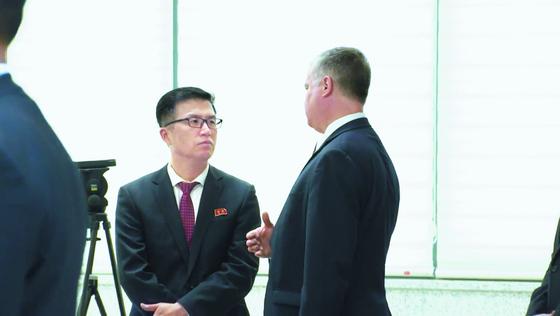 지난달 30일 '자유의집' 로비에서 권정근 북 외무성 미국담당 국장(왼쪽)과 이야기를 나누고 있는 스티븐 비건 미 국무부 대북특별대표.