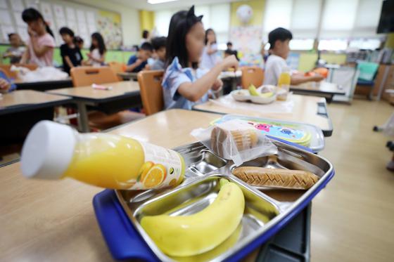 학교 비정규직 노동자들의 총파업이 시작된 3일 경기도 수원시의 한 초등학교에서 학생들이 대체식으로 점심을 먹고 있다. [연합뉴스]