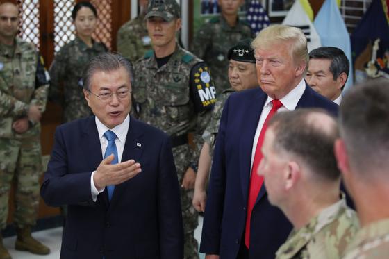 문재인 대통령과 도널드 트럼프 미국 대통령이 지난달 30일 오후 경기 파주 DMZ 내 캠프 보니파스 생츄어리(Sanctuary)에서 김정은 북한 국무위원장을 만나는 장면에 대해 이야기를 나누고 있다. 캠프 보니파스는 경기 파주 문산읍 비무장지대 남쪽 400m, 군사분계선 400m 남쪽에 있는 대한민국 육군과 주한미군이 함께 근무한다. 2006년 대한민국에 반환되었다. [청와대사진기자단]