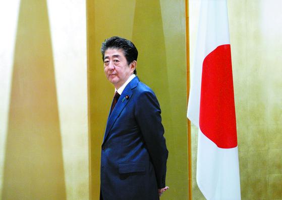 """아베 신조 일본 총리는 2일 한국에 대한 경제 보복 조치와 관련해 '세계무역기구(WTO)의 규칙에 정합적이다(맞다)""""며 '자유무역과 관계없다""""고 주장 했다. 아베 총리가 지난달 30일 오사카에서 열린 사우디아라비아와의 정상회담에 앞서 무함마드 빈 살만 왕세자를 기다리고 있다. [AP=연합뉴스]"""