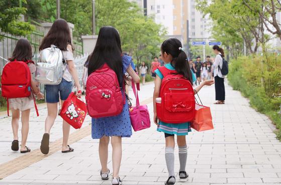 학교 비정규직 노동자들의 총파업이 시작된 3일 오전 서울 송파구 위례별초등학교 학생들이 도시락을 손에 들고서 등교하고 있다. [연합뉴스]