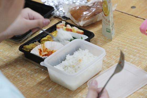 전국학교비정규직연대회의가 총파업에 돌입한 3일. 대구 수성구 지산초등학교에서 학생들이 학교급식이 아닌 각자 준비해온 도시락으로 점심을 먹고 있다.[연합뉴스]