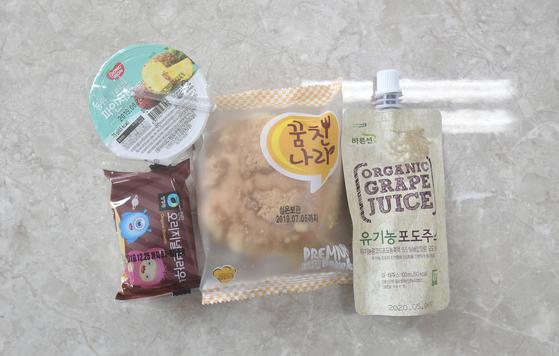 급식 조리원과 돌봄 전담사 등 학교 비정규직 노동자들이 총파업에 들어간 3일 급식이 중단된 서울 시내 한 초등학교에서 대체 급식으로 제공된 빵과 주스 등 음식물.[뉴시스]