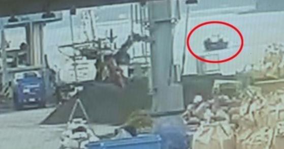 지난 15일 북한 선원 4명이 탄 소형 목선이 삼척항 내항까지 진입해 선원들이 배를 정박시키고, 해경에 의해 예인되는 과정이 담긴 폐쇄회로(CC)TV가 19일 확인됐다. 사진은 삼척항 부두에 접근하는 북한 목선(붉은색 표시). [삼척항 인근 CCTV 영상=연합뉴스]