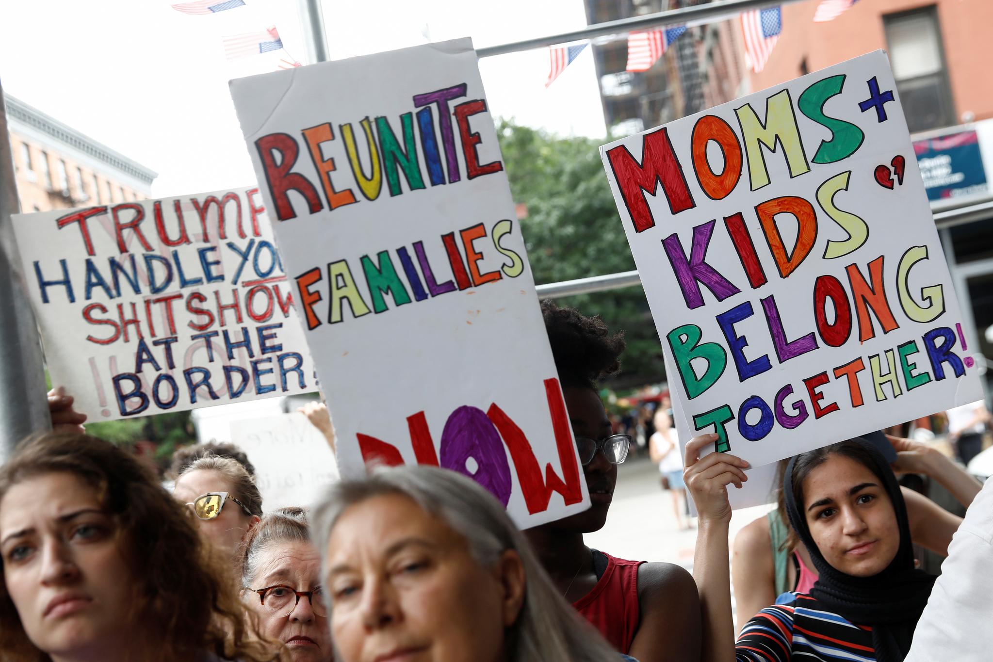 2일(현지시간) 미국 뉴욕에서 시민들이 비인간적인 이민자 구금시설의 폐쇄를 요구하는 시위를 하고 있다. [로이터=연합뉴스]