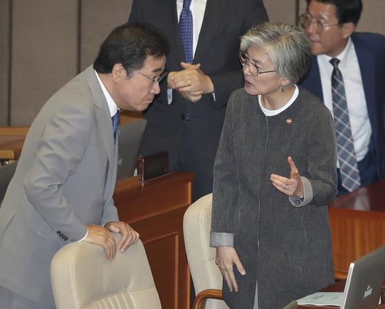 이낙연 국무총리(왼쪽)가 3일 오전 국회 본회의장에서 강경화 외교부 장관과 대화하고 있다.  임현동 기자