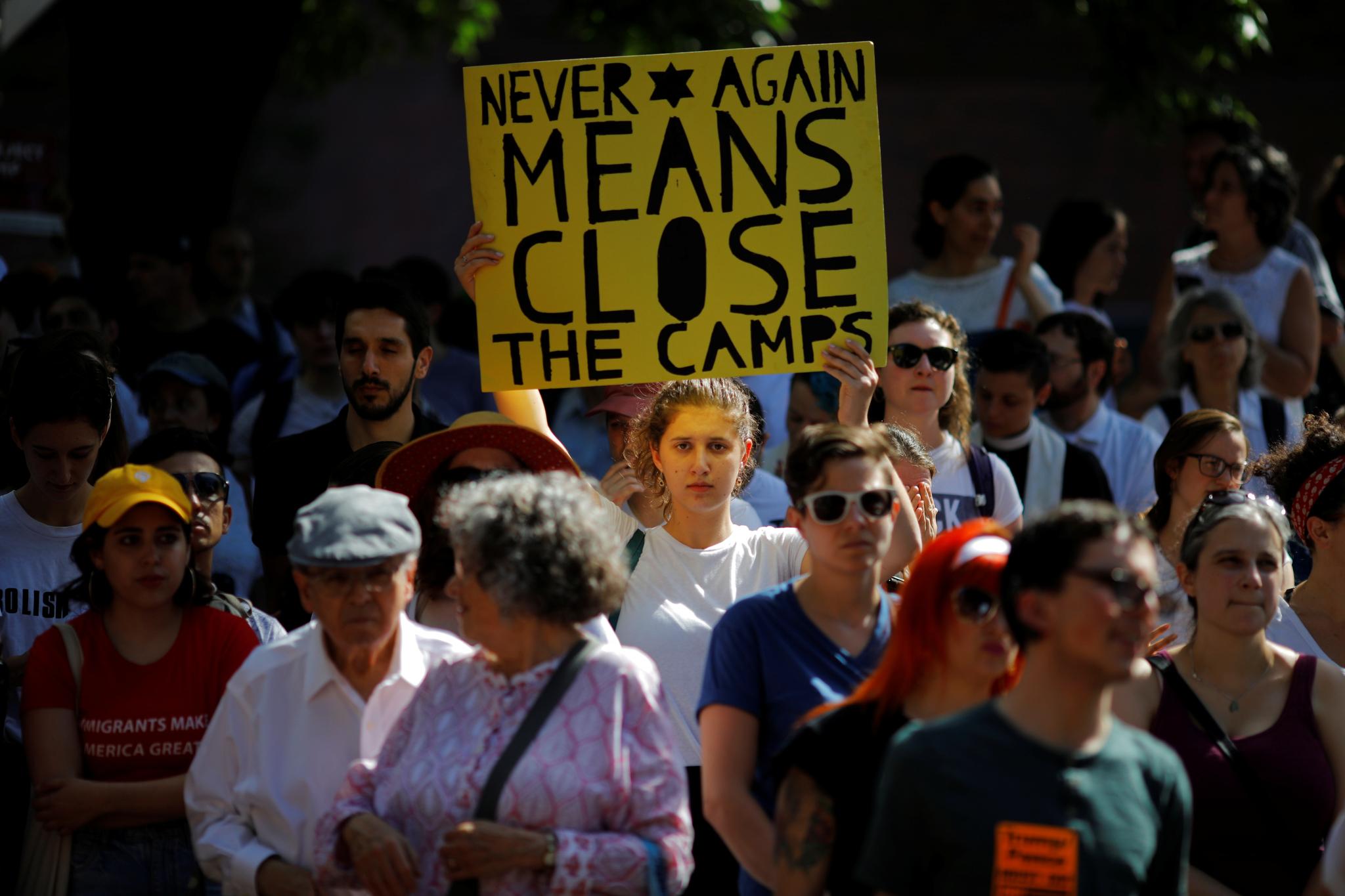 2일(현지시간) 미국 보스턴에서 한 시민이 구금시설 폐쇄를 주장하는 내용이 담긴 손팻말을 들고 시위하고 있다. [로이터=연합뉴스]