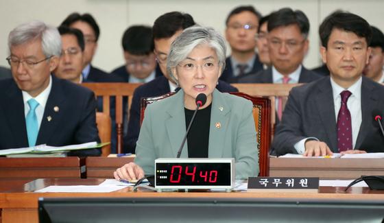 강경화 외교부 장관이 25일 오전 국회에서 열린 외교통일위원회 전체회의에 참석해 의원들의 질의에 답하고 있다. 변선구 기자