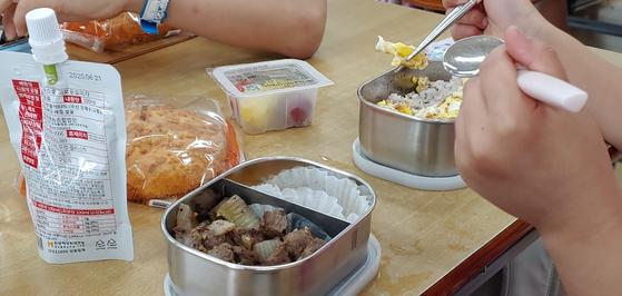 학교비정규직노조가 총파업에 돌입한 3일 세종시 아름초등학교에서 한 초등생이 도시락을 먹고 있다.[연합뉴스]