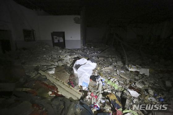 리비아 군벌 '리비아국민군(LNA)'이 2일(현지시간) 유엔(UN)이 지지하는 '통합정부군(GNA)'이 관할하는 수도 트리폴리 교외 타조라 지역에 위치한 난민 수용소를 공습해 적어도 40명이 죽고 80명이 다쳤다. 사진은 공습으로 무너진 난민 수용소. [뉴시스]