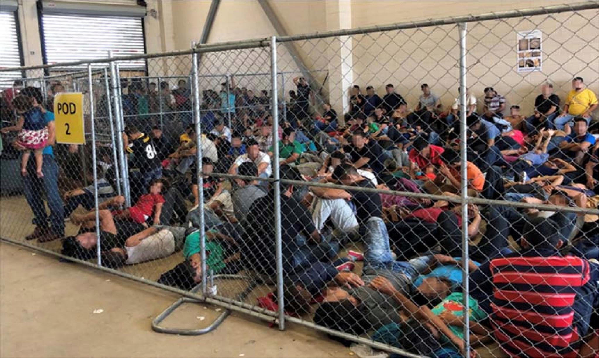 지난 6월 10일 미국 텍사스 주 맥칼렌의 구금시설에 이민자들이 가득 차있다. [로이터=연합뉴스]