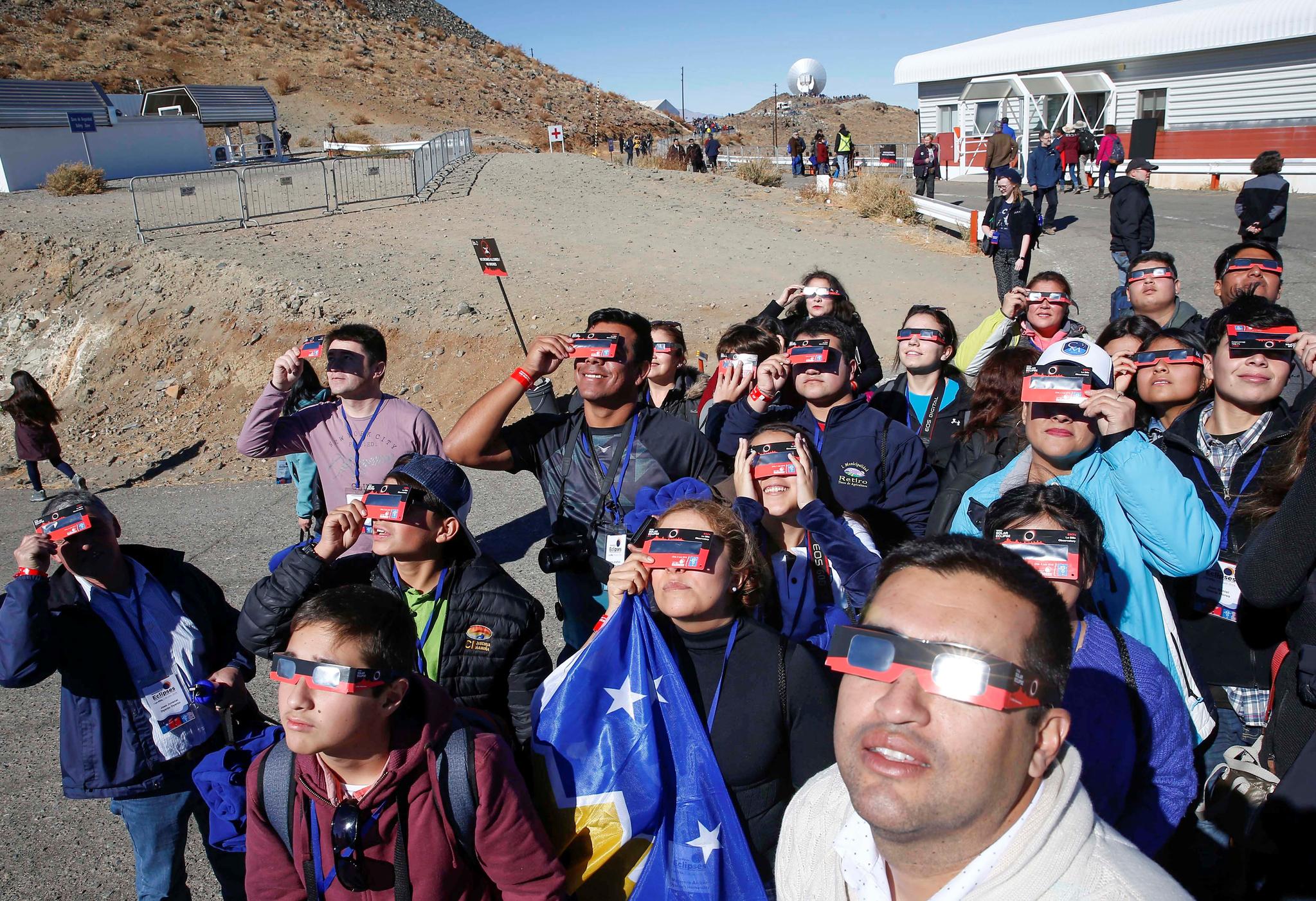 2일(현지시간) 칠레에 있는 유럽남방천문대(ESO) '라 시쟈'(La Silla) 관측소에서 관광객들이 개기일식을 관측하고 있다.[로이터=연합뉴스]