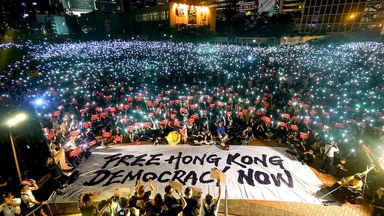 수천 명의 홍콩 시민들이 지난달 26일 오후 '범죄인 인도법안'의 완전철폐를 요구하며 센트럴 에든버러광장에서 야간집회를 열고 있다. 집회에 참석한 시민들은 휴대폰 불빛을 밝히며 '자유 홍콩'과 '민주주의' 구호를 외쳤다. [중앙포토]